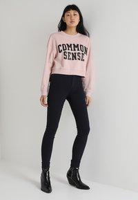 Pieces - PCHIGHSKIN WEAR  - Jeans Skinny Fit - navy blazer - 1