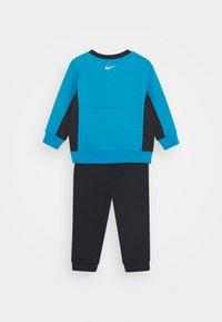 Nike Sportswear - AIR CREW SET - Tracksuit - black/laser blue - 1