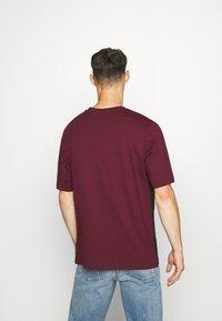 Reebok Classic - LINEAR TEE - Print T-shirt - maroon - 2