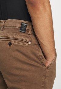 Replay - ZEUMAR HYPERFLEX  - Slim fit jeans - cigar - 4