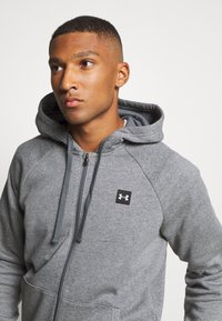 Under Armour - RIVAL  - veste en sweat zippée - pitch gray light heather/onyx white