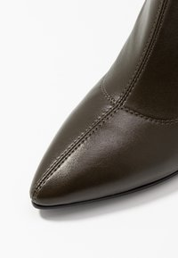 NA-KD - GRAPHIC BOOTS - Boots med høye hæler - dark green - 2