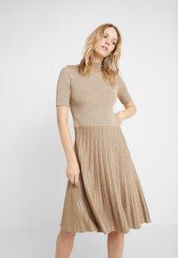 Lauren Ralph Lauren - DRESS - Strikkjoler - gold - 0
