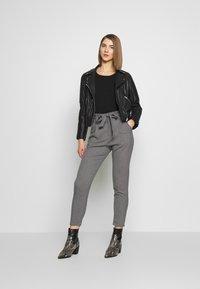 Vero Moda - VMEVA LOOSE PAPERBAG  - Pantalon classique - mottled grey - 1