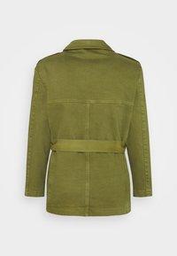 Martin Asbjørn - JACKSON SAFARI JACKET - Short coat - olive branch - 1
