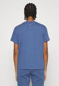 adidas Originals - LOOSE FIT TEE - T-shirts med print - crew blue - 2