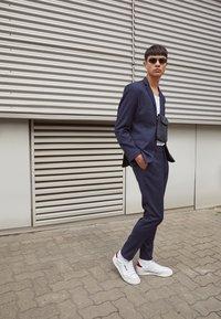 adidas Originals - CONTINENTAL 80 SPORTS INSPIRED SHOES UNISEX - Zapatillas - footwear white/burgundy/offwhite - 0