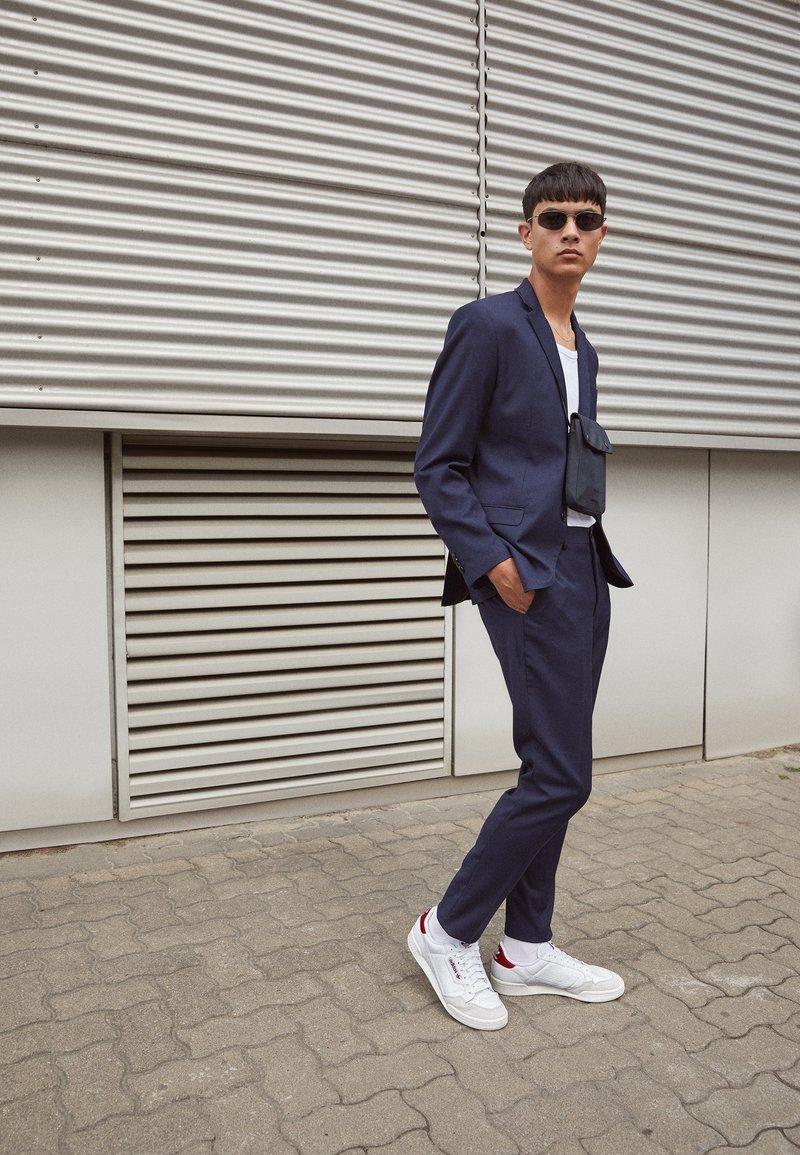 adidas Originals - CONTINENTAL 80 SPORTS INSPIRED SHOES UNISEX - Zapatillas - footwear white/burgundy/offwhite