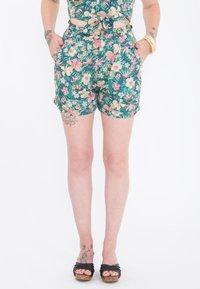 Queen Kerosin - MIT TROPISCHEM MUSTER - Shorts - grün - 0