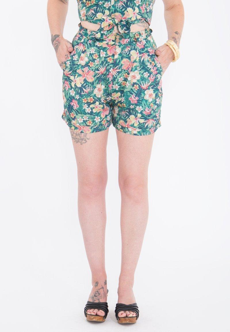 Queen Kerosin - MIT TROPISCHEM MUSTER - Shorts - grün