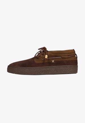 FLOW - Sznurowane obuwie sportowe - brown