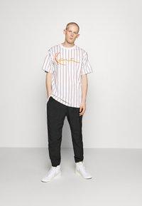 Karl Kani - SIGNATURE PINSTRIPE TEE - Print T-shirt - white - 1