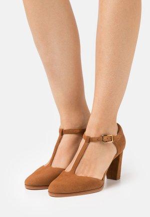KAYLIN TBAR - Classic heels - tan