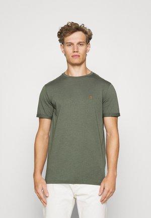 NØRREGAARD - Basic T-shirt - thyme green/orange
