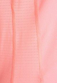 Puma - TRAIN FAVORITE TEE - Camiseta básica - elektro peach - 6