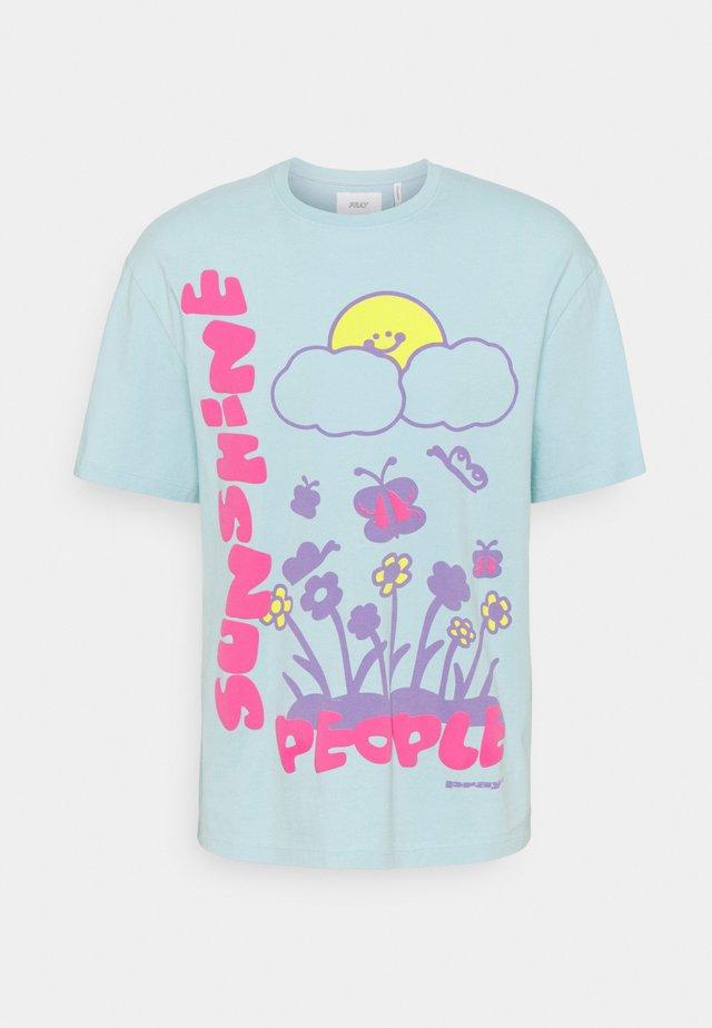 SUNSHINE PEOPLE UNISEX  - Print T-shirt - pale blue