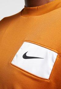 Nike Performance - MIDLAYER CREW REBEL - Camiseta de deporte - burnt sienna/white/black - 6