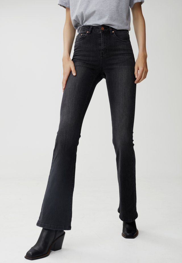 EMILINDAGZ NOOS - Flared Jeans - charcoal grey