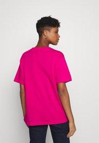 Nike Sportswear - AIR  - Printtipaita - fireberry/white - 2