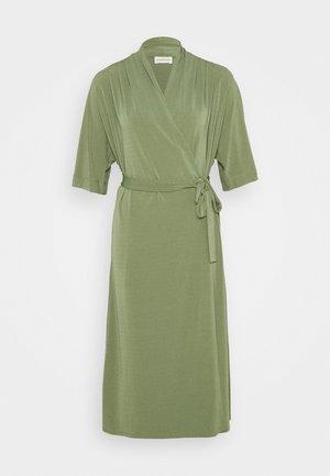 IVESIA - Žerzejové šaty - olivine