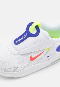 Nike Sportswear - AIR MAX BOLT UNISEX - Zapatillas - white/bright crimson/volt/indigo burst - 5