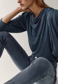 Massimo Dutti - AUS MICROCORD MIT HALBHOHEM BUND - Jeansy Skinny Fit - blue - 3