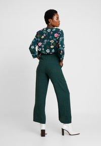 Yargici - BINDING DETAILED TROUSERS - Trousers - green - 2