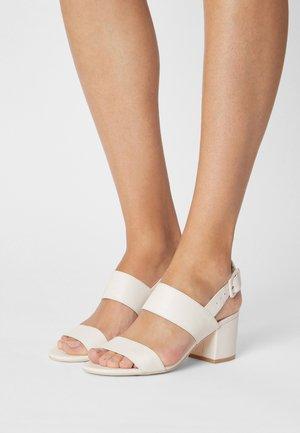 CASUAL LOW BLOCK - Sandales - white