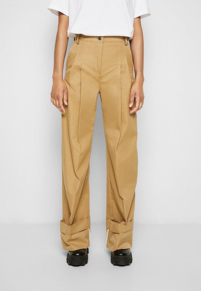 Victoria Victoria Beckham - FLARED TROUSER - Spodnie materiałowe - sandstone