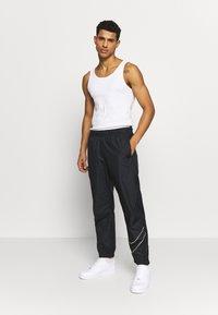 Nike SB - TRACK PANT - Verryttelyhousut - black/fossil - 1
