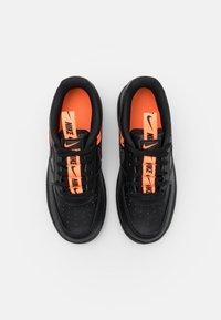 Nike Sportswear - FORCE 1 LV8 UNISEX - Trainers - black/total orange - 3