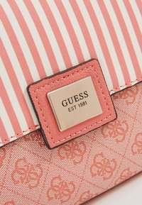 Guess - CANDACE TOP HANDLE FLAP - Bolso de mano - coral - 6