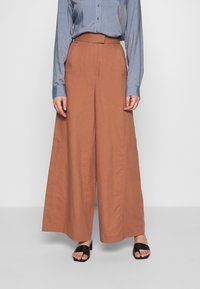 IVY & OAK - SUPER FLARED PANTS MAXI - Spodnie materiałowe - rose tan - 0
