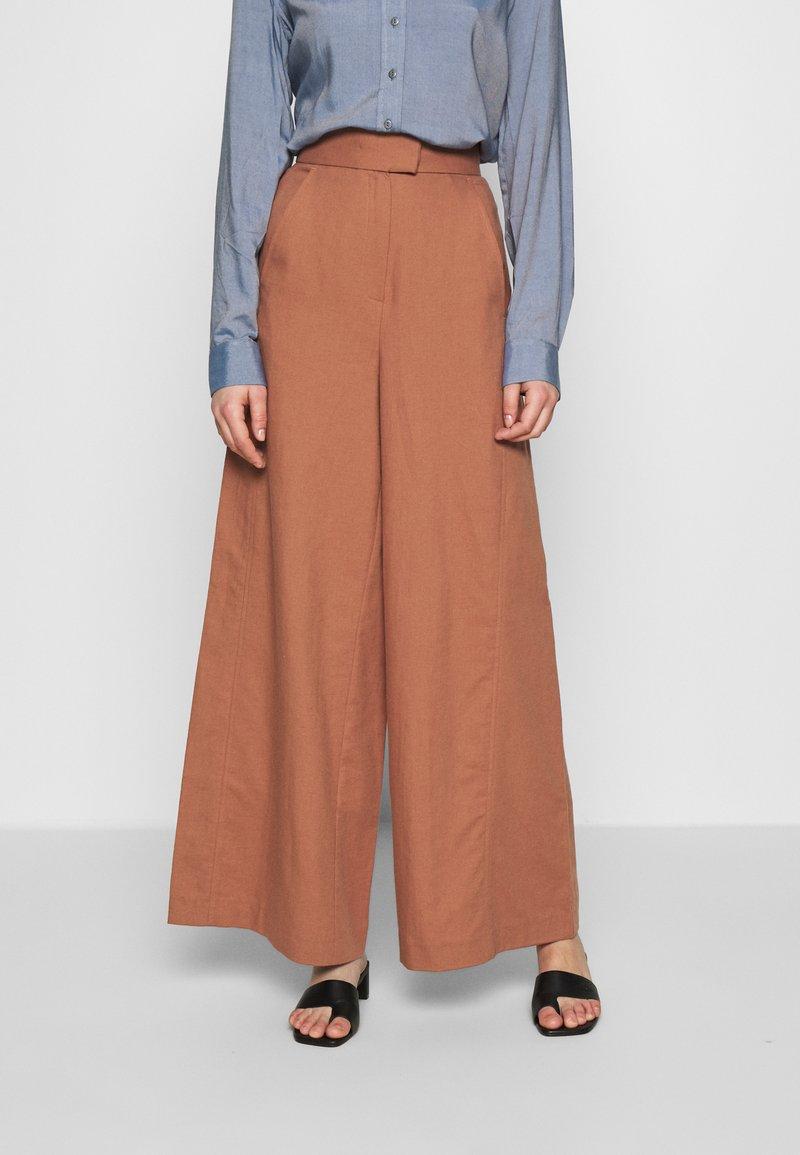 IVY & OAK - SUPER FLARED PANTS MAXI - Spodnie materiałowe - rose tan