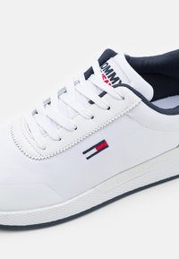 Tommy Jeans - FLEXI RUNNER - Sneakers basse - white - 5