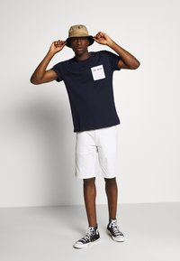 Tommy Jeans - CONTRAST POCKET TEE - T-shirts print - twilight navy/white - 1