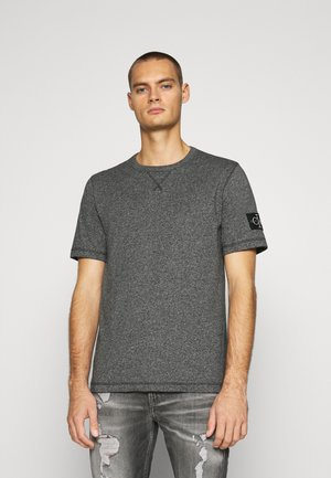 MONOGRAM BADGE GRINDLE TEE - T-paita - black