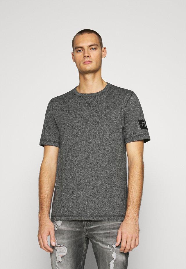 MONOGRAM BADGE GRINDLE TEE - T-shirt basique - black