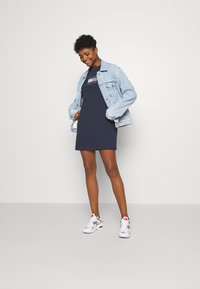 Tommy Jeans - LOGO TEE DRESS - Abbigliamento sportivo - twilight navy - 1