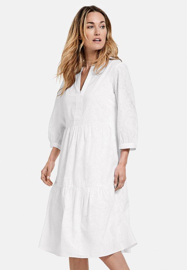 MIT KRÄUSEVOLANTS - Korte jurk - weiß/weiß