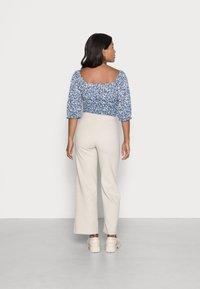 Vero Moda Petite - VMKAMMIE STRAIGHT PANT - Trousers - oatmeal - 2