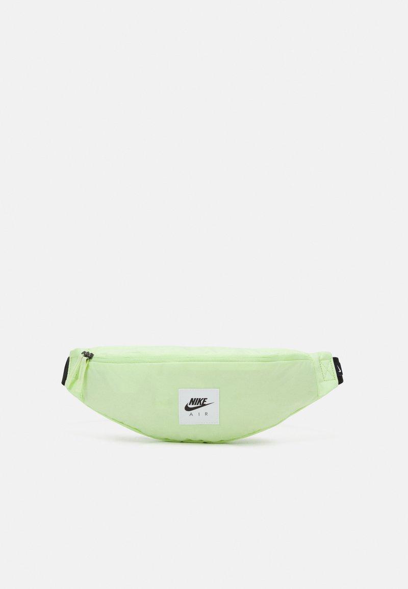 Nike Sportswear - AIR HERITAGE UNISEX - Ledvinka - liquid lime/black