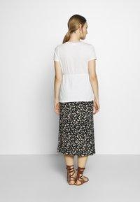 MAMALICIOUS - Camiseta estampada - snow white - 2