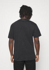 Karl Kani - SMALL SIGNATURE WASHED TEE UNISEX  - T-shirt med print - black - 2