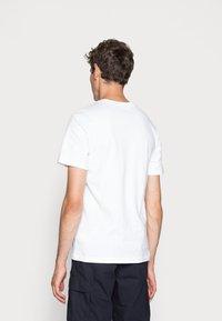 Nike Sportswear - CLUB TEE - T-Shirt basic - white/black - 2