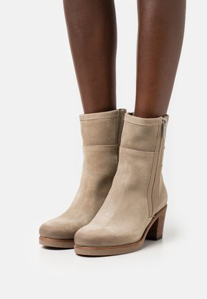 Classic ankle boots - dark sand