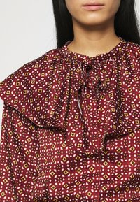Who What Wear - RUFFLE NECK  - Blouse - maroon mosaic - 5