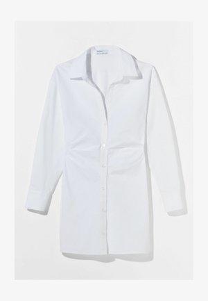 MIT RAFFUNGEN - Robe chemise - white