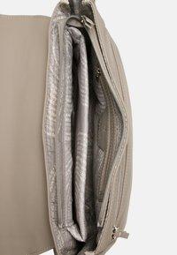 SURI FREY - JESSY - Across body bag - taupe - 5