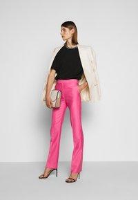 Victoria Victoria Beckham - DRAINPIPE - Pantalon classique - candy pink - 1